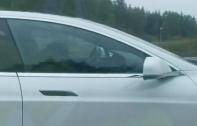 คลิปเหตุการณ์รถ Tesla ระบบ Autopilot ช่วยชีวิตคนขับที่หมดสติขณะขับรถอยู่บนถนน